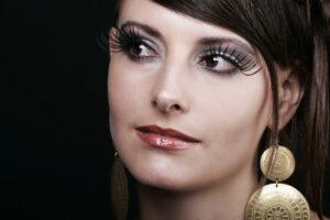 Eine Frau mit einem leichten Make-Up