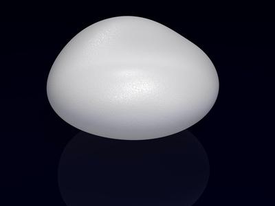 Ein Brustimplantat auf schwarzem Hintergrund