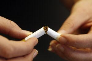Zigarette wird in der Mitte durchgebrochen