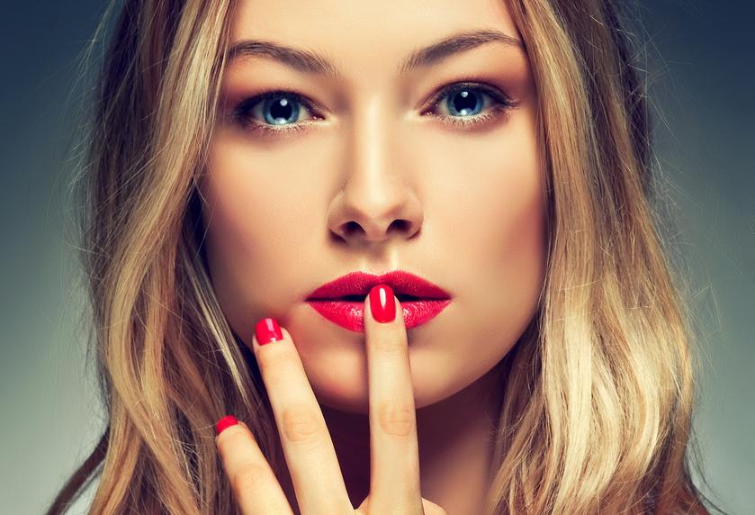 Frau mit roten Lippen und Nägeln