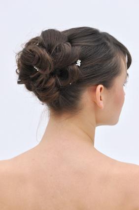 Eine Frau von hinten mit hochgesteckten Haaren