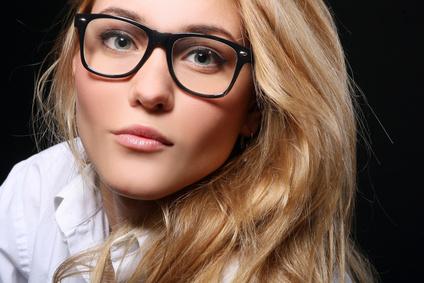 Eine junge Brillenträgerin