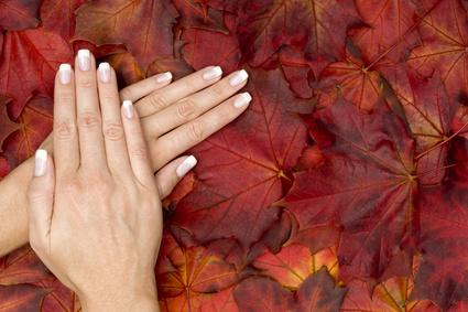 zwei lackierte hände