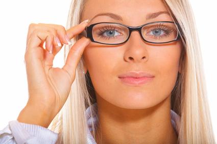 Die Brille ist mittlerweile ein fester Bestandteil der Modekultur geworden und viele große und bekannte Designer bieten entsprechende Modelle und Varianten für die Kunden an.