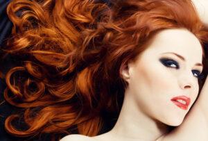 Schöne Frau mit langen roten Haaren
