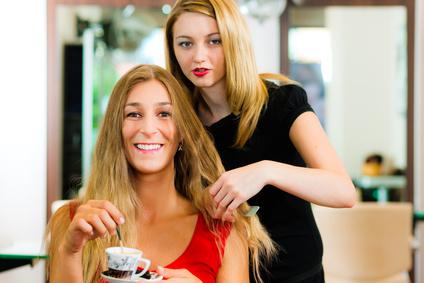 Frau beim Friseur zur Haarpflege