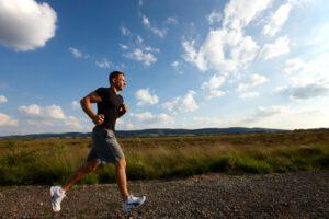 Ein junger Mann beim Joggen