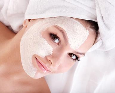 Eine junge Frau pflegt ihr Gesicht mit einer Maske