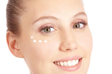 Eine junge Frau mit Gesichtscreme gegen trockene Haut