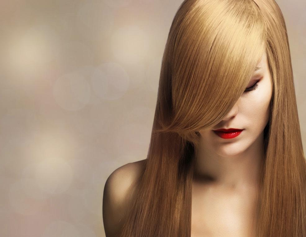 Haaraufhellung mithilfe eines Blondsprays