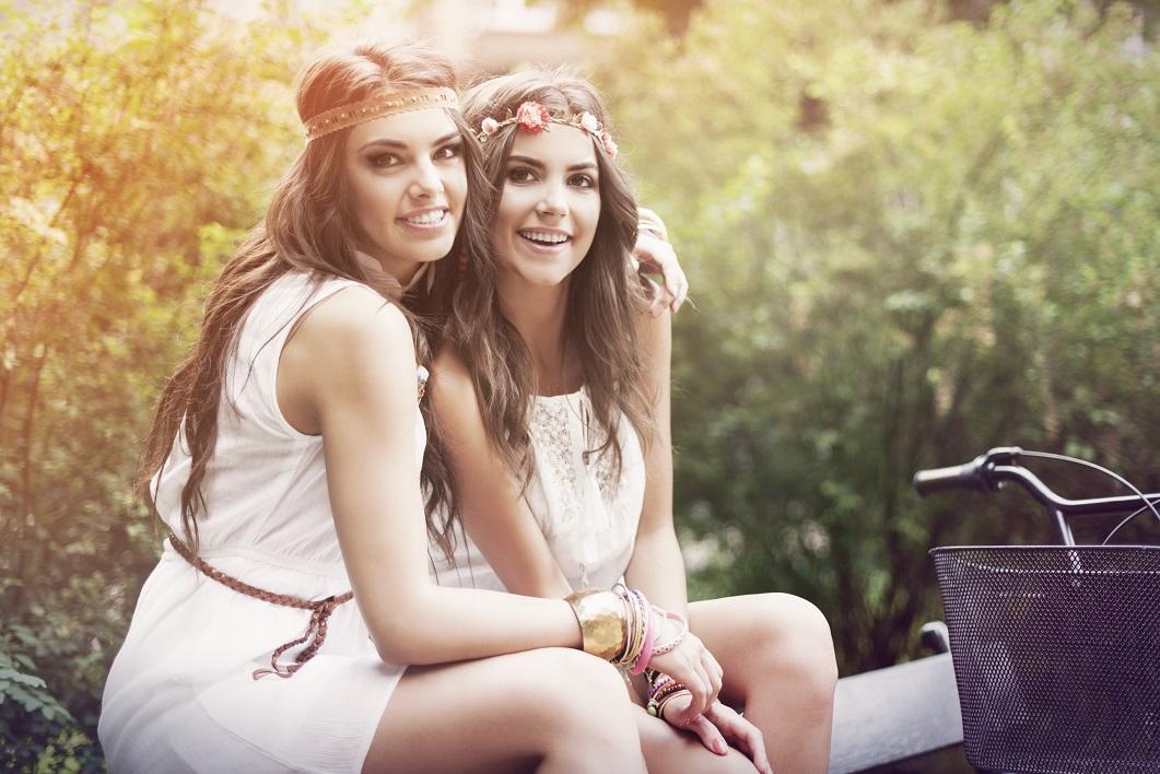 Zwei Mädchen im Hippie-Lok