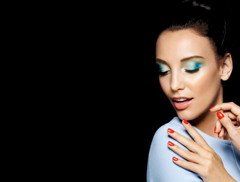 Mehr Farbe statt Tristesse: Glanz für Make-up und Haare